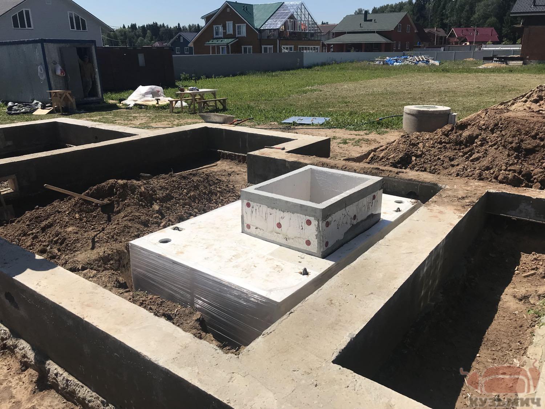 Погреб Кузьмич смонтирован в фундамент